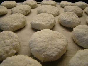 Формируем кокосовое печенье