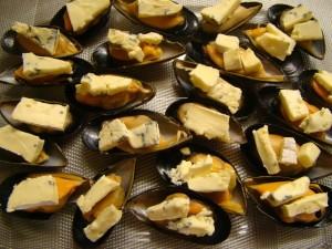 Мидии, запеченные под голубым сыром