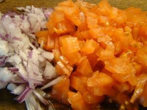 Измельчаем лук и помидоры