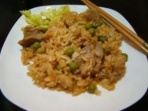 Жареный рис с курицей и зеленым горошком