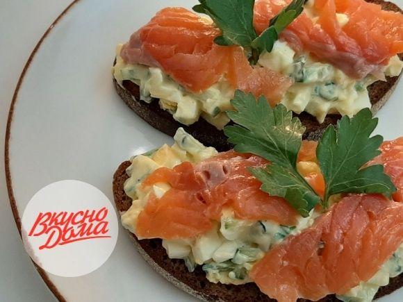 Тост с яичным салатом и лососем