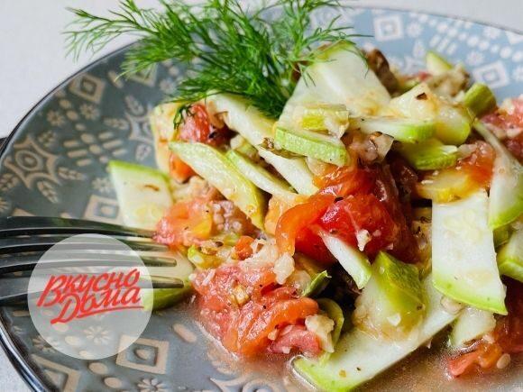 Салат из свежих и запеченных кабачков